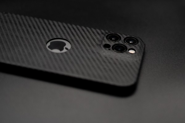 Carbon Cover iPhone 12 Pro mit Logowindow